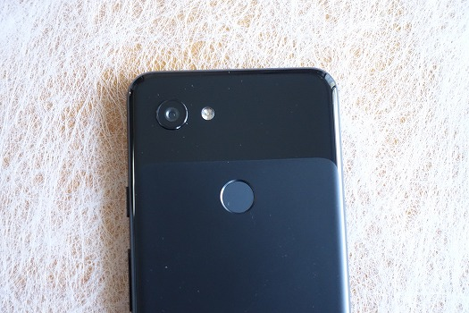 Pixel 3aは背面部上部に指紋認証センサーを配置
